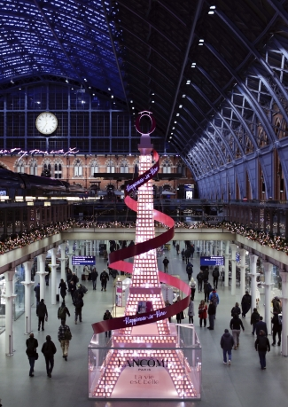 Lancôme brings its French touch to St Pancras International with a Paris inspired Christmas tree